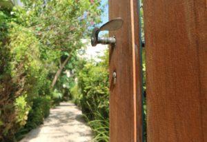 שער הכניסה אל חצר בית ההכשרה של ניצן חיפה