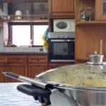 הכנות לארוחת צהריים ביתית בדירה הטיפולית